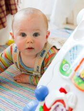 A készségfejlesztő játékok fontossága kisbabáknál